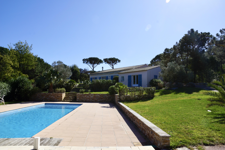 Proche Saint-Tropez, belle villa avec piscine